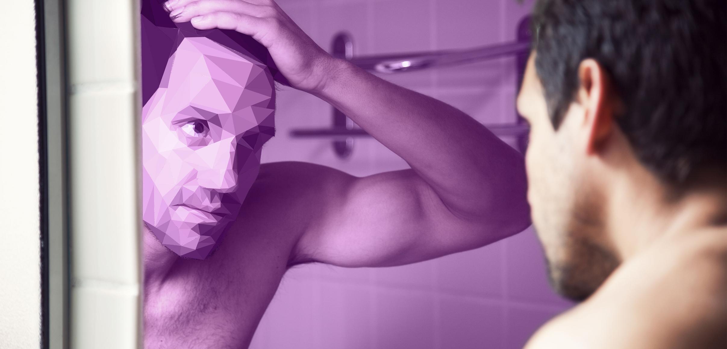 Mann betrachtet sein Gesicht im Spiegel